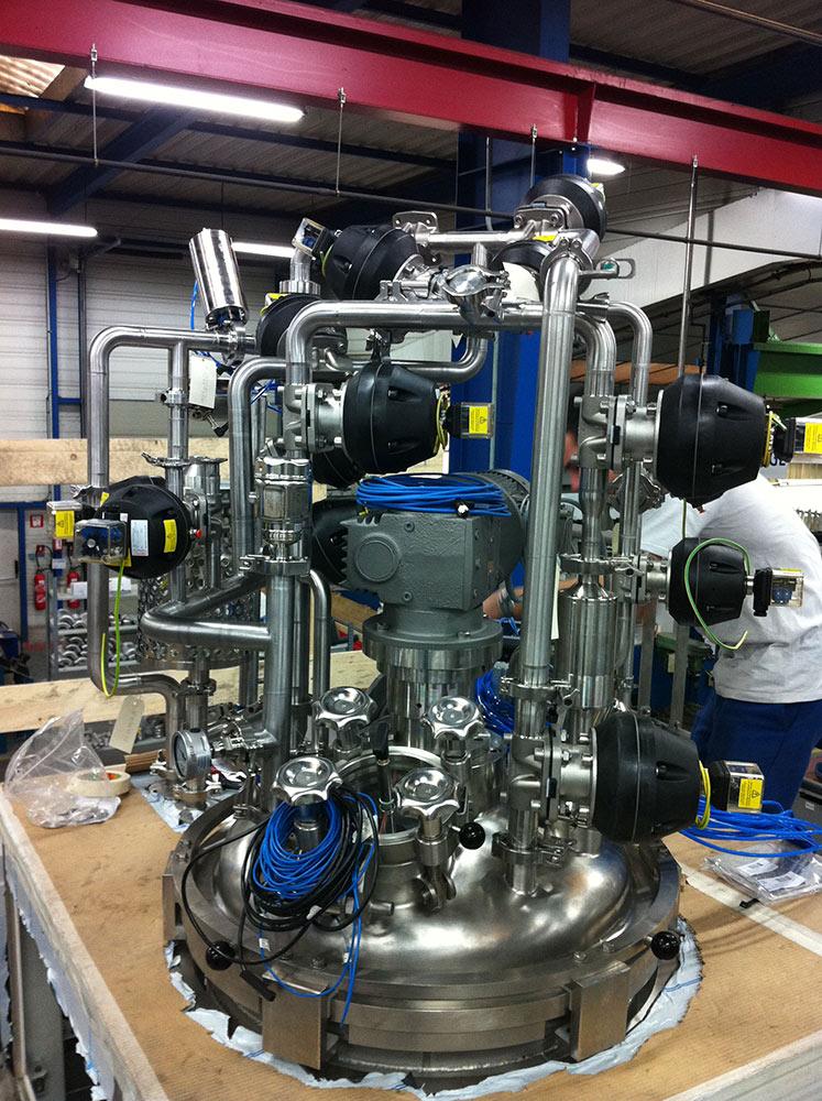 Tuyauterie cosmétique sur dôme de réacteur.